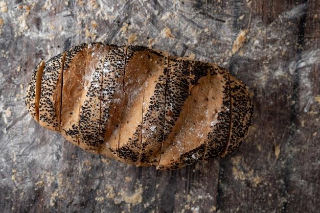 Naco de pão de milho ouro na mesa de madeira