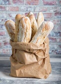 Nacos de pão rústico cozido fresco em sacos de papel