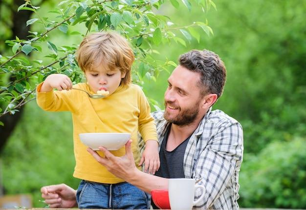 Nada além de alimentos saudáveis para a família e dietas produtos lácteos, feliz dia dos pais garotinho