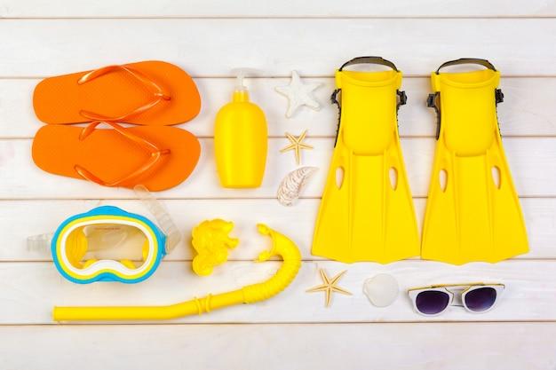 Nadadeiras amarelas brilhantes e máscara de mergulho em um fundo vibrante