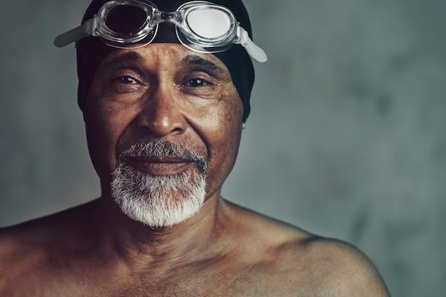 Nadador afro-americano sênior, ativo na velhice