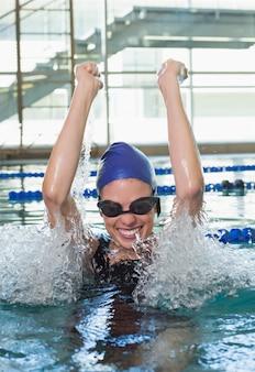 Nadador animado torcendo na piscina