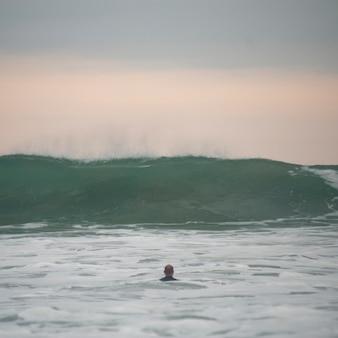 Nadador ao longo da linha costeira da costa rica
