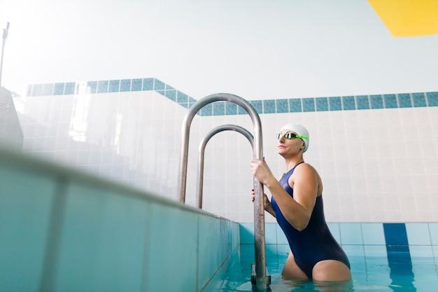 Nadador apto que sai da piscina