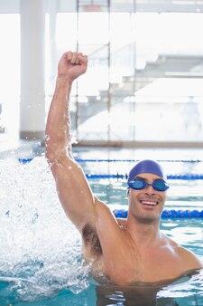 Nadador apto torcendo na piscina no centro de lazer