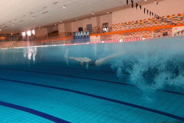 Nadador com equipamento na piscina de tiro longo