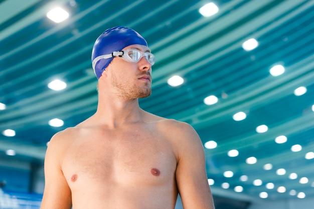 Nadador de homem bonito, olhando para longe