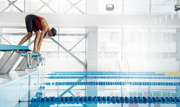 Nadador de mulher em uma posição inicial
