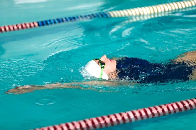 Nadador de mulher nadando perto