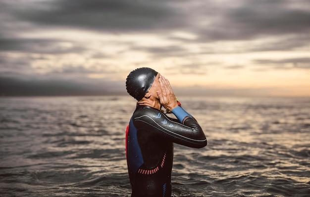 Nadador de tiro médio à beira-mar