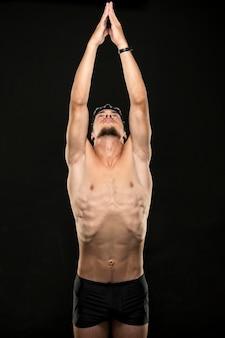 Nadador de tiro médio esticando os braços