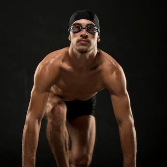 Nadador de tiro médio se preparando