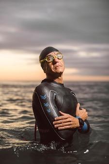 Nadador de tiro médio usando óculos de proteção