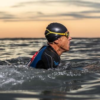 Nadador em close-up na água