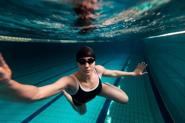 Nadador em pleno tiro usando maiô