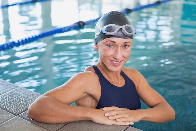 Nadador feminino na piscina no centro de lazer