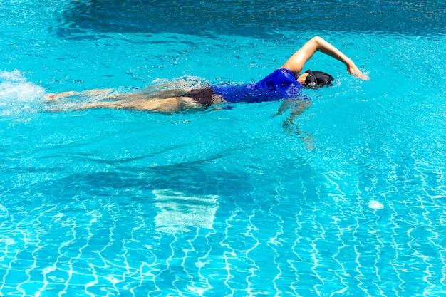 Nadador feminino treinando na piscina.