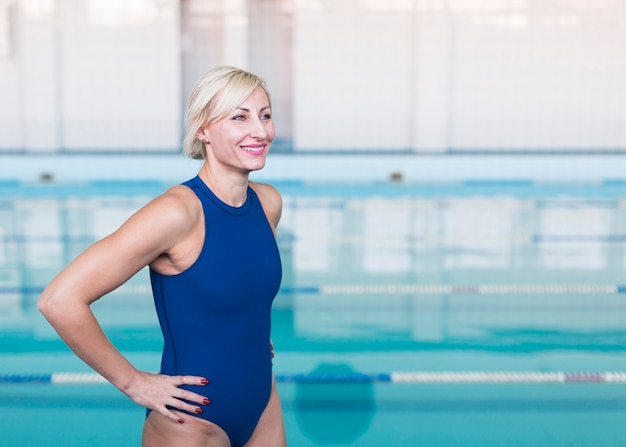 Nadador loiro sorrindo plano médio