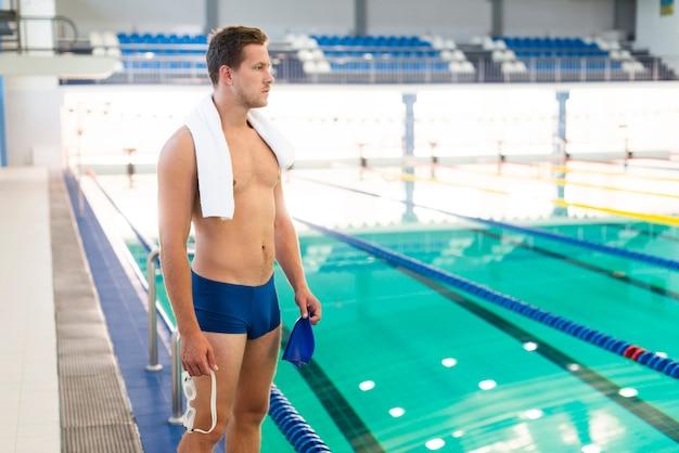 Nadador masculino de alto ângulo, olhando para longe