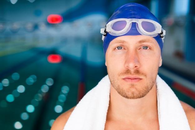 Nadador masculino de vista frontal com óculos de proteção