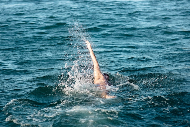Nadador masculino nadando na água