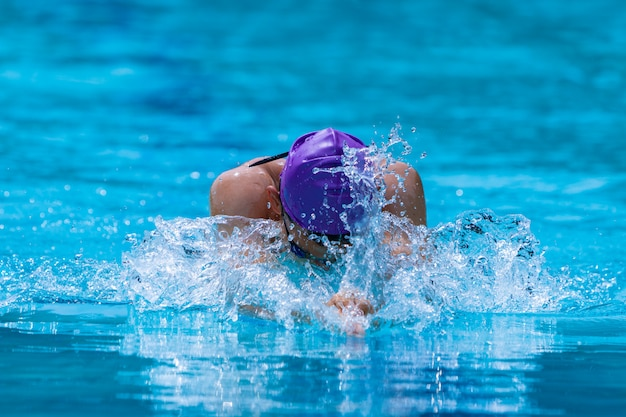 Nadador masculino, trabalhando, ligado, seu, breaststroke, em, um, local, piscina