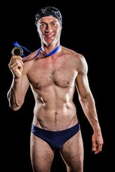 Nadador mostrando sua medalha de ouro
