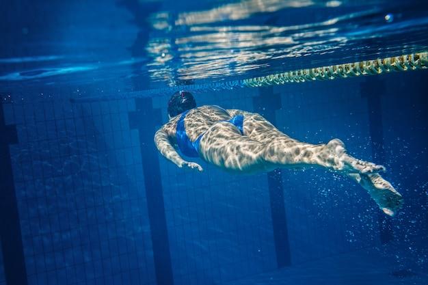 Nadador mulher debaixo d'água
