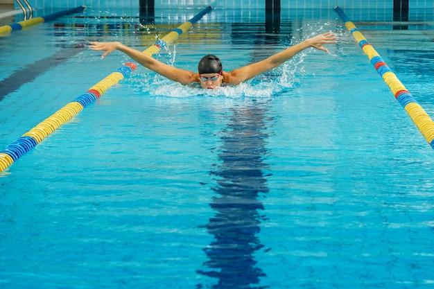 Nadador na piscina