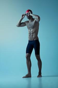 Nadador profissional masculino com chapéu e óculos em movimento e ação, estilo de vida saudável e movimento