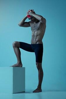 Nadador profissional masculino com chapéu e óculos em movimento e ação