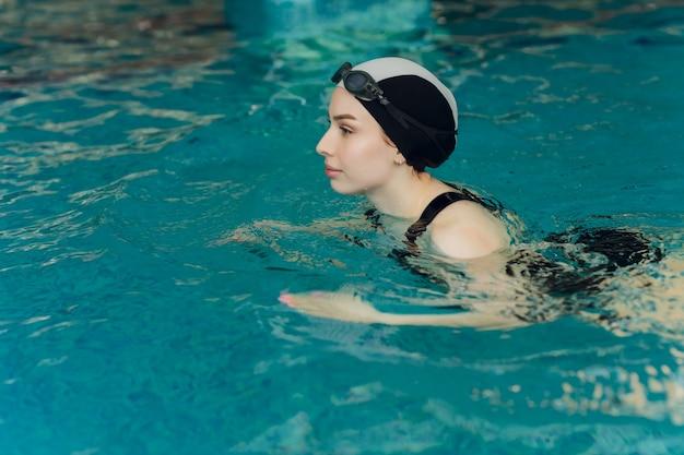 Nadadora profissional treinando em uma piscina