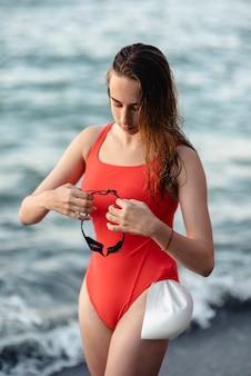 Nadadora segurando óculos de natação