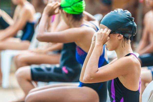 Nadadoras se preparando e esperando para nadar