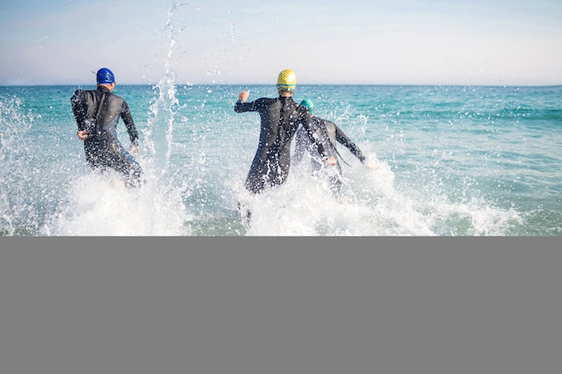 Nadadores correndo no oceano