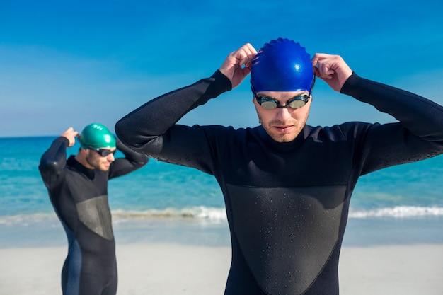 Nadadores se preparando na praia