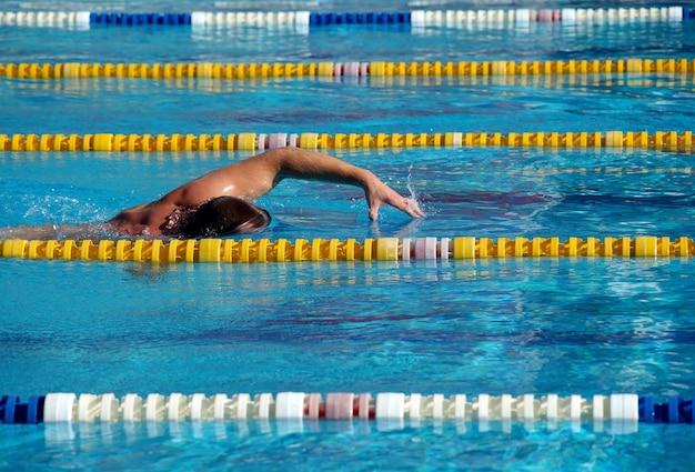 Nade na grande piscina ao ar livre