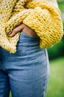 Nádegas de mulher em jeans azul