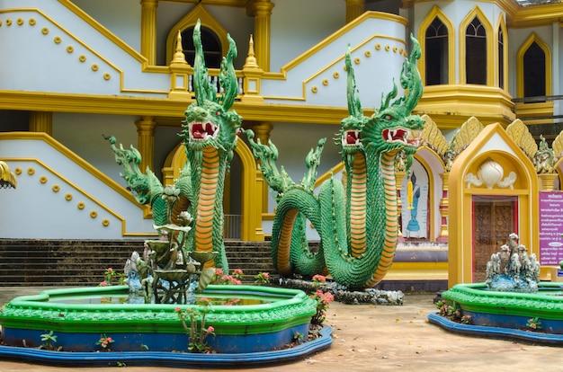 Naga escultura em frente ao prédio
