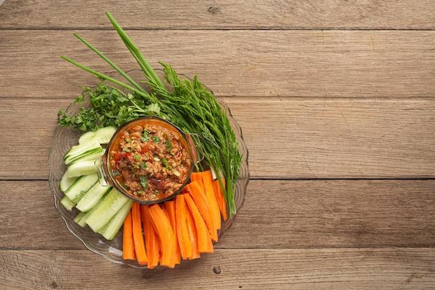 Nam prik ong, carne de porco picante com salada de legumes, comida tailandesa.