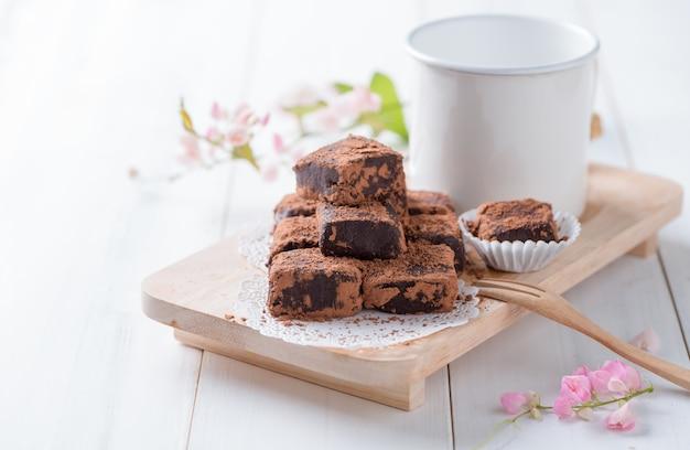 Nama chocolate na madeira da placa branca de madeira