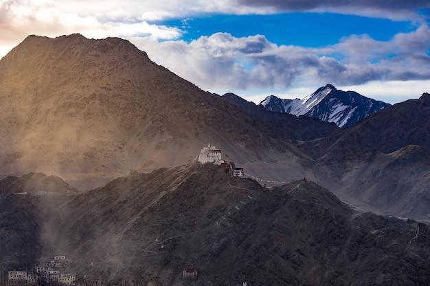 Namgyal tsemo gompa (monastério budista tibetano) e ruínas do forte de namgyal tsemo. leh, ladakh, índia