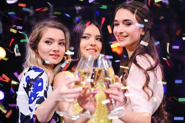 Namorada com taças de champanhe sorrindo