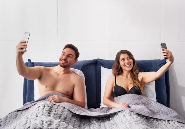 Namorada e namorado estão fazendo uma selfie Foto Premium
