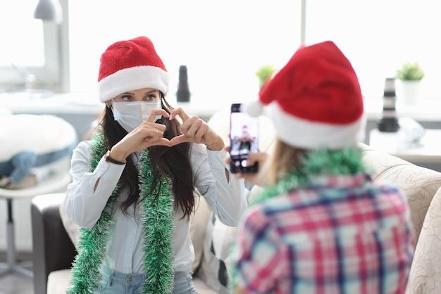 Namorada em pose de máscara protetora.