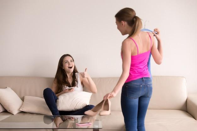 Namorada excessivamente animada aprova sua roupa nova de amigos.