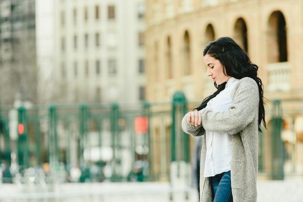 Namorada impaciente esperando por seu namorado