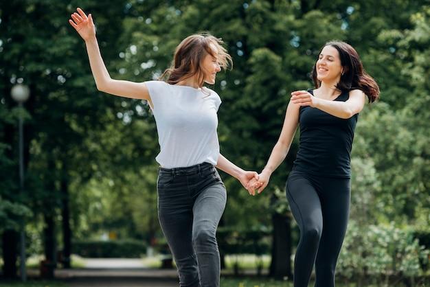 Namorada positiva correndo e de mãos dadas