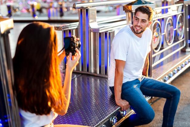 Namorada tirando foto do namorado