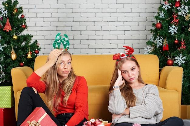 Namoradas adolescentes em casa no natal